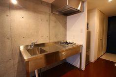 必要最低限のシステムキッチンですね。収納次第で使い勝手も変わってくると思いますが、お湯を沸かしているところ以外想像できません。