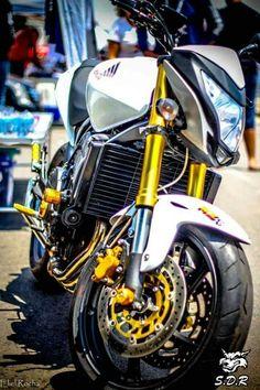 Honda CB 600f Hornet. Seu Motor de 4 cilindros em linha, duplo comando de válvulas e 16 válvula inicialmente veio da Honda CBR 600RR de 1999, e atualmente da versão 2007 amansado de 120 cv para 102 cv