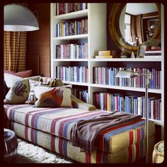 Librero en el rincón de la casa...