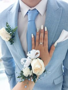 Top 30 Prom Corsage and Boutonniere Set Ideas - DIY Blumen Blue Corsage, Prom Corsage And Boutonniere, Wrist Corsage, Corsages, Corsage Formal, Yellow Boutonniere, Thistle Boutonniere, Lavender Boutonniere, Wedding Outfits