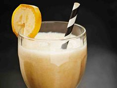 Banaani-kookossmoothie Glass Of Milk, Smoothies, Pudding, Drinks, Desserts, Food, Smoothie, Drinking, Tailgate Desserts