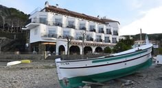 Hotel Llane Petit Cadaqués Hotel Llané Petit is a two-storey hotel located on a small beach in Cadaqués, just 5 minutes' walk from the town centre. It offers a seasonal outdoor pool and air-conditioned rooms with a balcony.