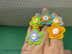 Pulseras con flores para niñas | Manualidades Organization, Jewelry, Button Jewellery, Clothes, Tela, Feltro, Necklaces For Girls, Felt Flowers, Felt Books