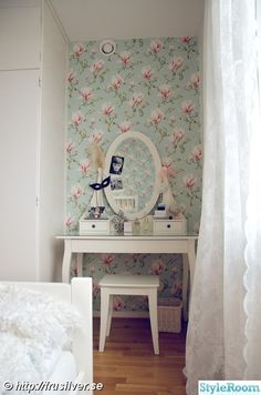 Love the wallpaper, makes a cute little cubby