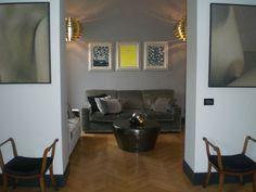 """Sofa and coffee table, Roma: """"in Gioco di specchi, nero e oro""""  https://archedy.com/2015/06/20/gioco-di-specchi-in-nero-e-oro/"""