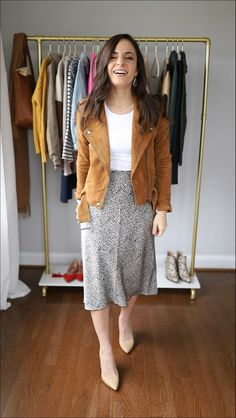 Four petite friendly midi skirt outfits. How to style a midi skirt when you're petite. Petite style tips. SEE DETAILS Petite Outfits, Mode Outfits, Fashion Outfits, Skirt Fashion, Chic Outfits, Fashion Tips, Cute Skirt Outfits, Cute Skirts, Outfit With Skirt