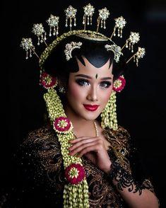 Javanese Wedding, Indonesian Wedding, Traditional Wedding Dresses, Traditional Outfits, Foto Wedding, Wedding Photos, Wedding Make Up, Dream Wedding, Model Kebaya