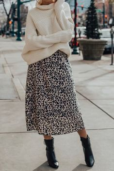 How To Style Oversized Sweater With A Leopard Skirt How to wear leopard print Leopard print skirt Midi skirt outfit ideas winter Chunky turtleneck outfit Oversized t. Look Fashion, Skirt Fashion, Autumn Fashion, Fashion Outfits, Trendy Fashion, Fashion Boots, Fashion Ideas, Winter Fashion Street Style, Fashion Trends