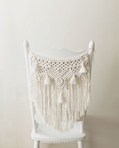 A lovely natual macramé banner on the back of the chair for a bohemian look Macrame banners can adorn the chairs of the bride and… Macrame ideas for your boho, festival or vintage wedding Bohemian Look, Boho Diy, Bohemian Decor, Macrame Curtain, Macrame Plant Hangers, Macrame Art, Macrame Projects, Macrame Chairs, Passementerie