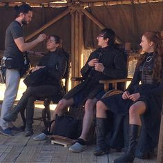 Kit Harington, Maisie Williams, Isaac Hempstead-Wright, and Sophie Turner on set of Game of Thrones Dessin Game Of Thrones, Game Of Thrones Set, Game Of Thrones Funny, Kit Harington, Maisie Williams, Acteurs Game Of Throne, Jon Schnee, Jon Snow, Got Merchandise