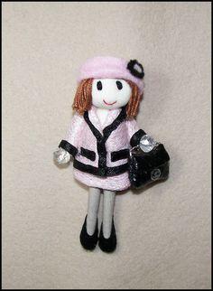 Broche muñeca con traje en blanco y negro bolso piel por Finasita