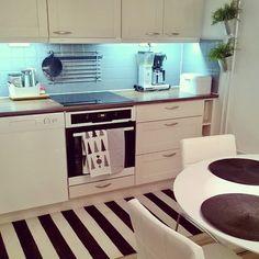 Borta bra men hemma best. Jotenkin niinhän se meni. Ja mikä parasta muutama päivä poissa kotoa joululahjaksi saatu ihana uusi imuri ja pari uutta keittiöpyyhettä laukaisi puunausvimman. Sweet home! #keittiö #siivouspäivä #kitchen #myhome #koti #omakoti #omakotikullankallis #interior #design #interiors #inredning