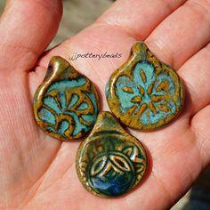 Pendentif, pendentif fait main, perle Focal en céramique, poterie pendentifs, lot de 3