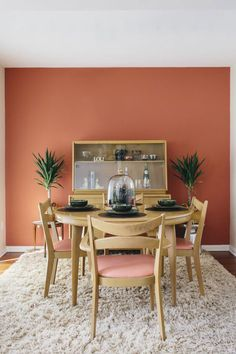 If you are looking for Mid Century Dining Room Design Ideas, You come to the right place. Below are the Mid Century Dining Room Design Ideas. Dining Room Table Decor, Dining Room Colors, Dining Room Walls, Dining Room Design, Room Decor, Dinning Chairs, Kitchen Colors, Dining Room Feature Wall, Orange Dining Room