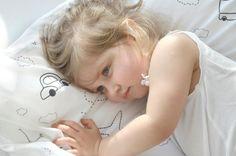 Speed Bettwäsche. Diese Bettwäsche-Kollektion ist ein ideales Geschenk für jedes Kind. Das Design sorgt für einen dezenten Farbtupfer im Kinderzimmer und die Qualität des Stoffes für einen angenehmen und erholsamen Schlaf. Durch die schönen Motive wie Autos, Flugzeuge und Ballons passt es perfekt in ein Jungenzimmer, aber natürlich auch in ein Mädchezimmer. Durch die neutralen Farben lässt sich diese Bettwäsche optimal mit unseren weiteren Betttextilien kombinieren.