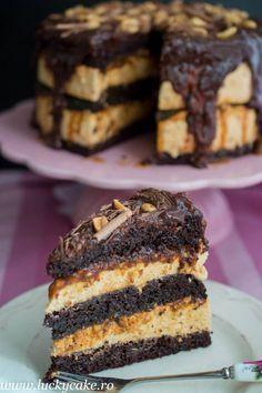 Tort Snickers Blat umed dark de cacao, mousse de caramel si unt de arahide, sos caramel. Combinatia este una deosebit de buna ;) Food Cakes, Cupcake Cakes, Cake Receipe, Romanian Desserts, Delicious Deserts, Pastry Cake, Sweets Recipes, Ice Cream Recipes, Creative Cakes