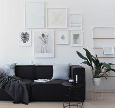 Forleden faldt jeg over denne styling af The Design Chaser's nye sofa, men det der fangede mig var billedevæggen. Jeg syntes virkelig det er fint, med sådan en væg med bare hvide plakater.  Selvfølgelig er de ikke så markante, men netop dét gør at man ligestopper op og kigger en ekstra ....