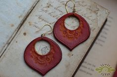 leather peacock earrings ~ livit vivid Leather Scraps, Leather Necklace, Leather Jewelry, Beaded Jewelry, Leather Projects, Leather Carving, Leather Art, Peacock Earrings, Diy Earrings