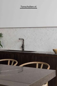 Kitchen Wall Tiles, Kitchen Flooring, Kitchen Backsplash, Kitchen Interior, Home Interior Design, Kitchen Design, White Mosaic Tiles, Marble Porcelain Tile, Glazed Walls