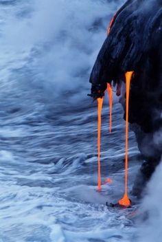 垂れる溶岩。ハワイ火山国立公園として指定されているキラウエア火山です。