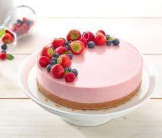 Midsommartårta, sommartårta eller helt enkelt bara en fantastiskt vacker tårta? Det är helt upp till dig. Vi tror i alla fall att den här härliga cheesecaken med jordgubbar och rabarber kommer imponera stort på dina gäster.