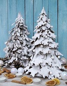 Zobacz zdjęcie Choinki z naturalnych materiałów: liści dębu i nasion klonu. Wysokość ok. 40 ...