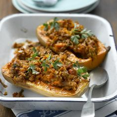 Enjoy a tasty and delicious meal in Learn how to make Stuffed butternut squash and get the Smartpoints of the recipes. Mince Recipes, Ww Recipes, Sausage Recipes, Pumpkin Recipes, Cooking Recipes, Healthy Recipes, Carne Picada, Weight Watchers Meals, Main Meals
