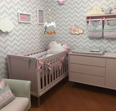 Quarto em base neutra. Lindo! Nursery Room, Baby Room, Bedroom, Bohemian Nursery, Baby Care, Girl Room, Kids And Parenting, Cribs, Baby Kids