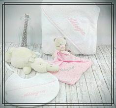 Capa de baño, babero, du-du... Un regalo personalizado y de máxima calidad para darle la mejor de las bienvenidas al recién nacido. Un regalo práctico para el bebé e inolvidable para los papás 😘😍😋