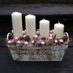 Vánoční truhlík Dřevěný vánoční truhlík.Délka 30 cm,šířka 13 cm,výška 25 cm.