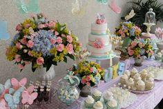 Usando cores em tons pastel, a festa para celebrar o bebê que está a caminho traz detalhes de borboletas em cada cantinho da decoração. Também espera uma menina? Inspire-se e prepare uma comemoraçã…