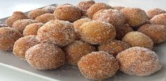 Pastry balls with cheese and honey -- looks a lot like our very own Timbits! Yummy Treats, Delicious Desserts, Yummy Food, Yummy Yummy, Dog Food Recipes, Cooking Recipes, Cooking Tips, Pan Dulce, Donut Shop