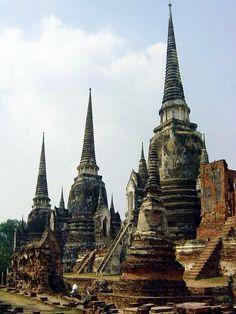 Ruined stupas of Ayutthaya, the ancient capital of Thailand (by randompics).