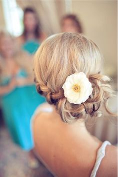 Foto 5 de 18 Recogido hacia atrás y con aplique de flor. Peinados con Trenzas para Novias. Imagen: Style Me | HISPABODAS