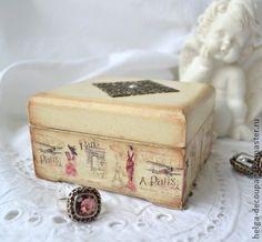 Шкатулка `Paris romantique`. Небольшая шкатулка выполнена в технике декупаж. В такой шкатулке можно преподнести комплект украшений в подарок, а можно в ней хранить любимые кольцо и серьги. Да она и просто украсит туалетный столик романтичной…