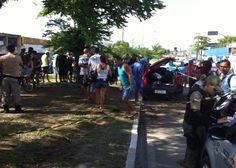 Carro com sete jovens capota na Avenida Recife Motorista fugiu do local e deixou três garotas presas nas ferragens Colisão atraiu muitos curiosos ao local na manhã deste domingo.