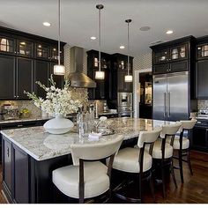 elegantresidences_ FOLLOWING Nice Kitchen, Kitchen With Black Cabinets, Kitchen Layout, Dark Cabinet Kitchen, Dark Kitchen Floors, Dark Cabinets And Dark Floors, Kitchen Cabinet Colors, Kitchen Counter Chairs, Light Kitchen Cabinets