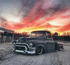 That shot by Such a cool GMC from - & Thanks much for reposted via . thanks to the photographer ! Classic Pickup Trucks, Chevy Pickup Trucks, Chevy Pickups, Chevy Trucks, Bagged Trucks, Hot Rod Trucks, Pick Up, Chevrolet Apache, 1955 Chevy