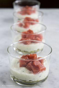 Bicchierini tricolore con pesto di pistacchi, mousse di mozzarella e cubi di pomodoro
