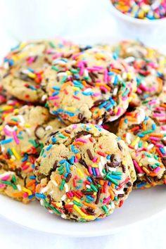 Sprinkle Chocolate Chip Cookies Chocolate Chip Cookie Dough, Chocolate Chip Cookies, Frosting Recipes, Cookie Recipes, Baking Recipes, Salted Caramel Popcorn, Birthday Desserts, Birthday Treats, Sprinkle Cookies