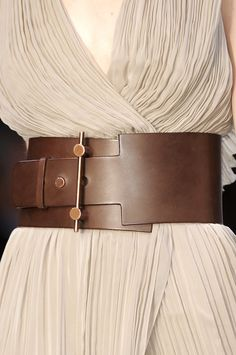 Guy Laroche at Paris Fashion Week Fall 2010 - Livingly Wide Leather Belt, Leather Belts, Brown Leather, Leather Corset, Brown Belt, Cinto Obi, Leather Accessories, Fashion Accessories, Mode Statements