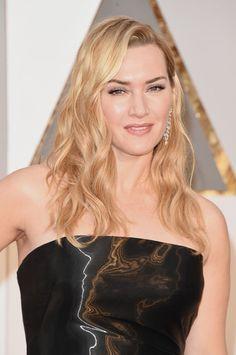 Pin for Later: Tous les Feux des Projecteurs Étaient Tournés Vers Leonardo DiCaprio et Kate Winslet Lors des Oscars