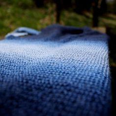 Modrá+je+dobrá+Šátek,+který+je+upletený+ze+směsové+příze+75%vlna,+25%+polyamid.+Je+velice+jemný+a+lehký.+Je+pleten+z+melírové+příze,+kde+postupně+přechází+modré+odstíny.+Délka+šátku+je+205cm,+šířka+v+cípu+je+38cm.+Údžba:+prát+ručně+ve+vlažné+vodě+do+30°+v+prostředku+na+vlnu,+nestřídat+teploty+při+máchání,+neždímat+jen+vymačkat+v+ručníku+a+sušit...