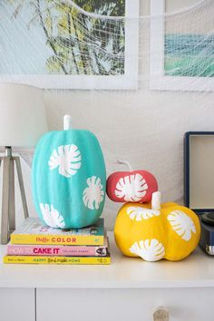 Add major tropical vibes to your Halloween decor this year with this no-carve monstera leaf pumpkin decorating tutorial. Diy Projects Arts And Crafts, Clay Crafts For Kids, Diy Crafts For Adults, Fall Projects, Adult Crafts, Easy Diy Crafts, Craft Tutorials, Fun Crafts, Diy Interior