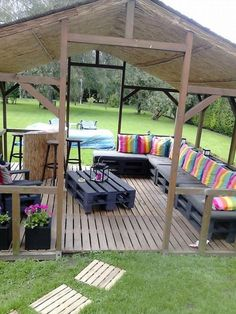 Pallet Furniture Ideas Outdoor Pallet Terrace Garden Ideas Recycled Pallets - Here is a beautiful inspiration for an endless summer! The colors of this pallet corner are really perfect for this garden. Recycled Pallets, Wood Pallets, 1001 Pallets, Recycled Wood, Free Pallets, Outdoor Spaces, Outdoor Living, Outdoor Decor, Bar Outdoor