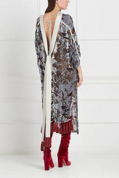 Бархатное платье «Деворе» Esve - Прекрасное платье сложного кроя выполнено из жемчужно-серого бархата и украшено оригинальным принтом: изображены снегири, сидящие на ветках в интернет-магазине модной дизайнерской и брендовой одежды