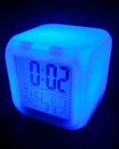 DESPERTADOR CUBO de color blanco con luces Led que van cambiando su apariencia. Ideal para ver la hora en la oscuridad e iluminar el ambiente. Luz Led, Digital Alarm Clock, Dating, Home Decor, White Colors, Darkness, Clock, Lights, Quotes