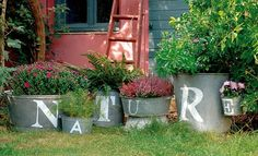pots de fleurs en zinc peints au pochoir
