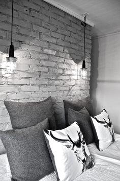 """Ambiance loft pour cette chambre au joli mur de briques. Le petit plus : les 2 petites suspensions """"industrielles"""" (au lieu des """"classiques"""" appliques murales)"""