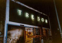 Dans les années 1990, Berlin danse au rythme de la techno et de l'électro underground. L'ivresse et l'excentricité ont façonné la mode vestimentaire de l'époque : Tilman Brembds, le photographe qui courait les raves acides berlinoises a immortalisé les...